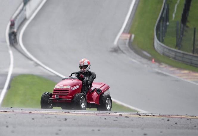 Najszybsza kosiarka świata na torze wyścigowym