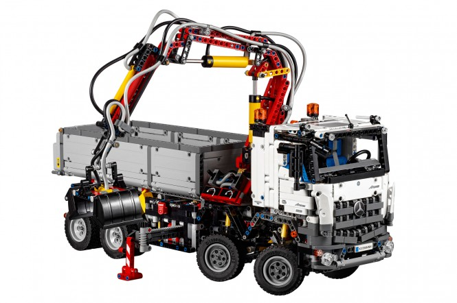 Ciężarowy Mercedes z klocków Lego