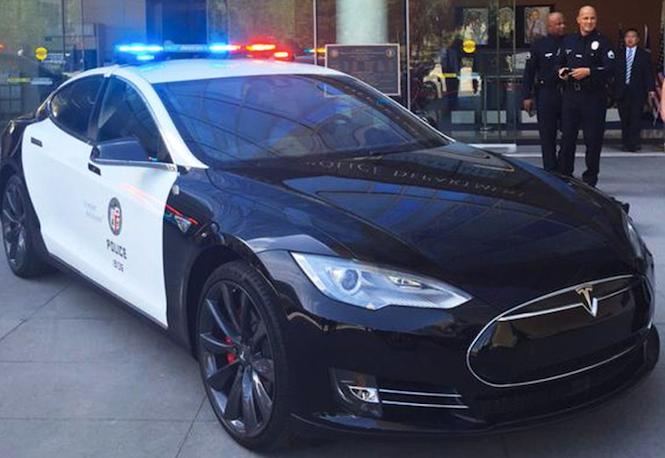 Policja w Los Angeles testuje Tesle. Będą elektryczne radiowozy?