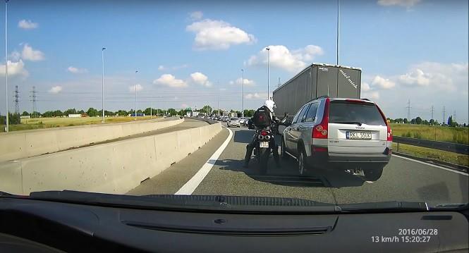 """Trafiła kosa na kamień! Motocyklista gani drogowych """"szeryfów"""""""