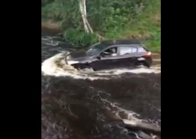 Land Rover? Land Cruiser? Nie, to Renault Megane forsuje rzekę!