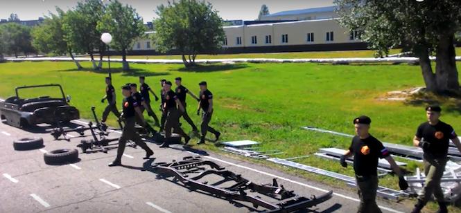 Zobacz jak rozłożyć UAZ-a na części w 90 sekund [HIT]