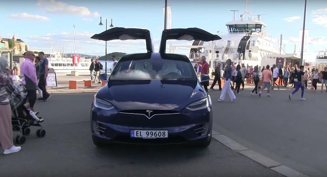 Co się stanie, gdy Tesla X zaparkuje w środku miasta?