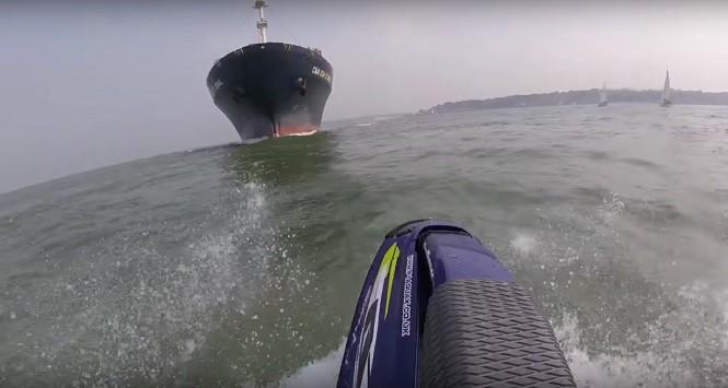 Idiota prawie wpłynął skuterem wodnym pod kontenerowiec