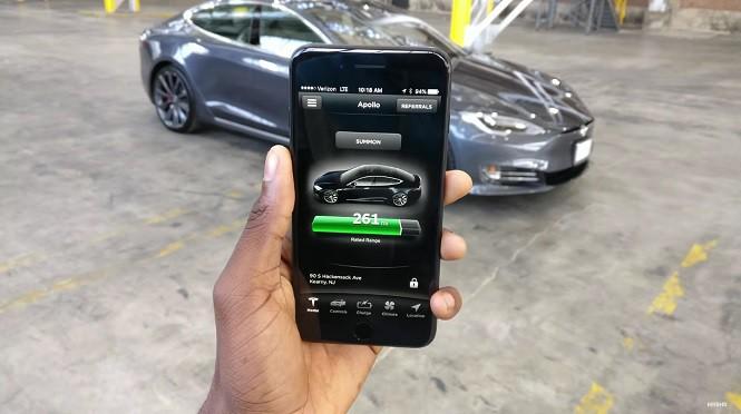 Sterowanie Teslą Model S za pomocą aplikacji w telefonie