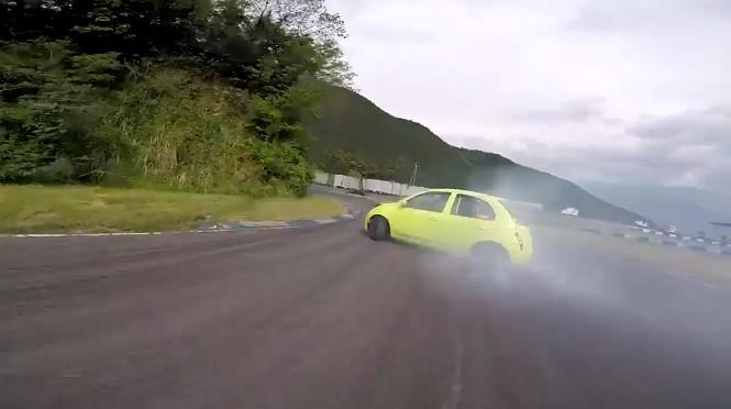 Co za combo! Driftujący Nissan Micra (!) uchwycony w ujęciach z wyścigowego drona