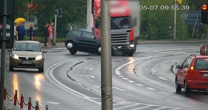 Na skrzyżowaniu w Jarocinie tir wjechał w Fiata Seicento