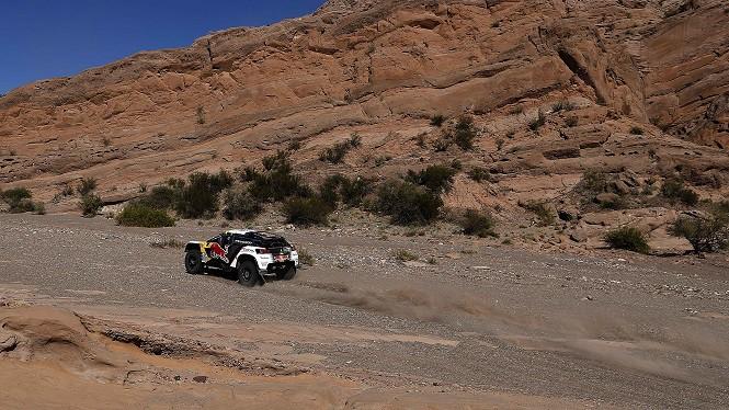 Potrójne zwycięstwo etapowe załóg w Peugeotach 3008DKR w cieniu wypadku na trasie