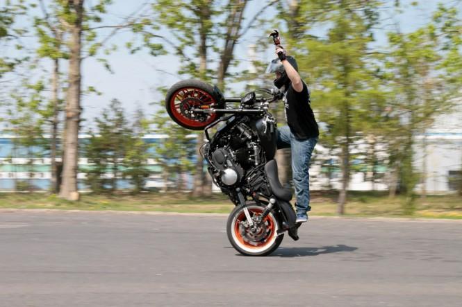 Bicie rekordu Guinessa w paleniu gumy motocyklem