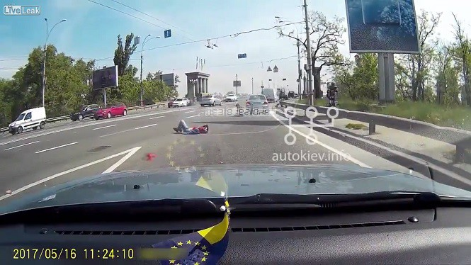 Drastyczny wypadek motocykisty w Kijowie. Kierowca nie żyje, pasażerka trafila do szpitala.