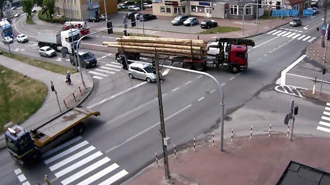 Kierowca ciężarówki staranował auto