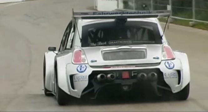 Potwór na bazie Fiata 500 z V8 kręcącym się do 11 tys. obr./min
