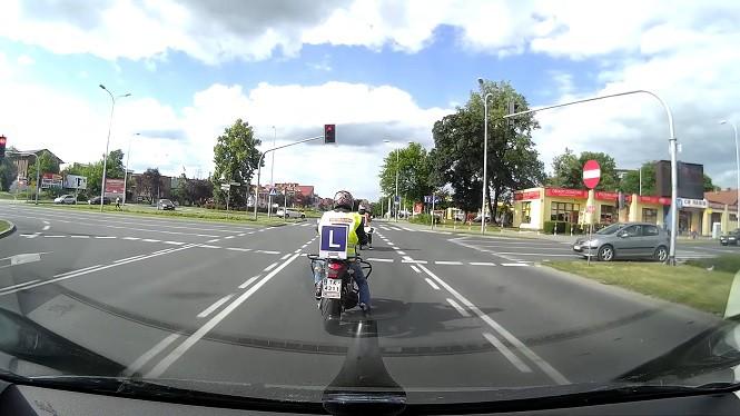 Kursant-motocyklista wjechał na skrzyżowanie na czerwonym świetle
