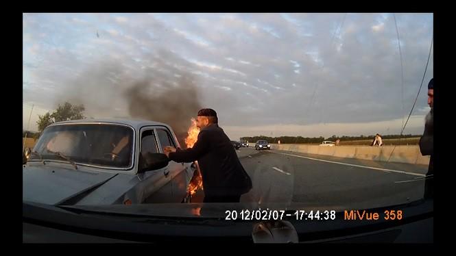 Szybka akcja wyciągania osób z płonącego auta