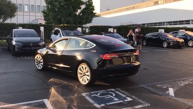 Tesla 3 już w produkcji - pierwszy egzemplarz opuścił fabrykę