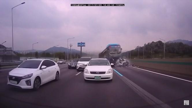 Tragiczny karambol w Korei Południowej - autobus wjechał w auta