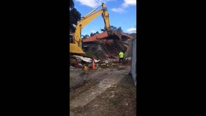 Właśnie dlatego pracownicy budowlani powinni trzymać się z dala od łyżki koparki