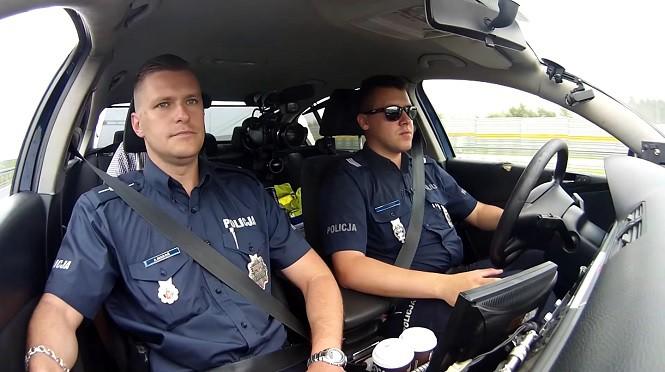 Policjanci eskortowali samochód z niemowlakiem