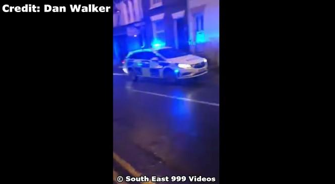 """Idealne parkowanie z użyciem """"ręcznego"""" w wykonaniu brytyjskiego policjanta"""