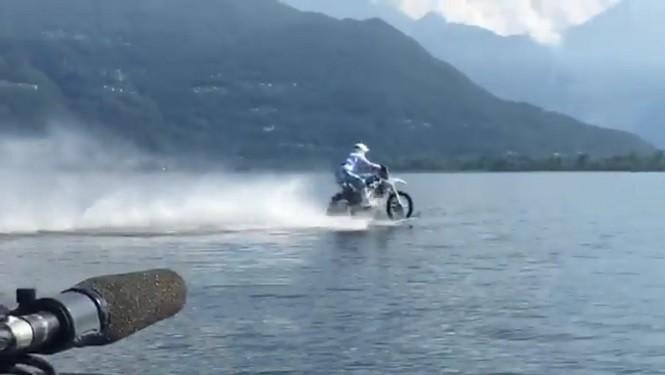 Ustanowiono rekord świata w jeździe motocyklem po wodzie!