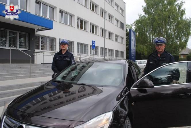 Policjanci eskortowali samochód z pogryzioną przez szerszenie kobietą