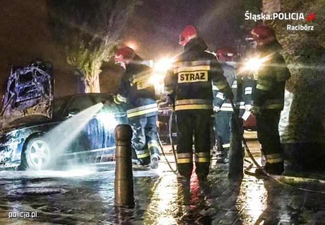 Policjanci uratowali 28-latka z płonącego samochodu