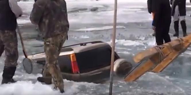 Jak wyciągnąć samochód spod lodu?