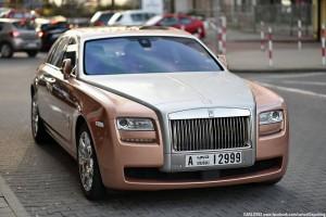 Tajemniczy różowy Rolls-Royce grasuje po Polsce
