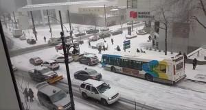 Samochodowy curling w zimowej scenerii