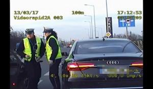 Policjanci pilotowali auto z duszącym się noworodkiem