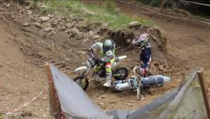 Walka fair play na torze motocrossowym w wykonaniu dzieci