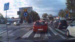 Rowerzysta ma w poważaniu przepisy i jedzie po rondzie pod prąd