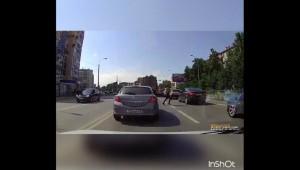Kobieta przechodząca w niedozwolonym miejscu wpadła prosto na samochód
