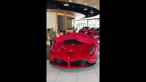 Jak złożyć dach w Ferrari LaFerrari Aperta?