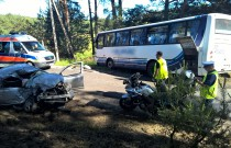 Czołowe zderzenie Yarisa i autobusu [FILM]