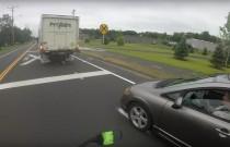 Kobieta chciała zepchnąć motocykl, ale dopadła ją natychmiastowa karma