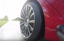 Zobacz jak w deszczu przyspiesza Tesla Model S P100D