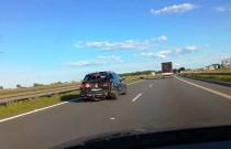 Rozwalony Passat gnał po autostradzie z prędkością 160 km/h