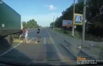 Kobieta z dzieckiem prawie została rozjechana przez ciężarówkę