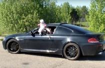 Ojciec-kretyn pędził BMW z dzieckiem wystawionym za oknem