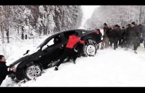 Męska solidarność - 20 facetów wyciąga auto z rowu