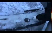 Nietypowy sposób na pozbycie się warstwy lodu z auta