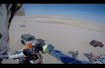 Skok motocyklem przez wydmę zakończony lądowaniem na masce Jeepa