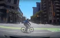 Rowerzysta ignoruje czerwone światło i wjeżdża wprost pod auto