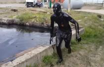 Rosjanin wskoczył do zbiornika wypełnionego przepracowanym olejem silnikowym