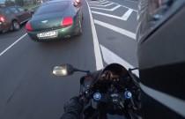 Uczynny motocyklista pomógł chłopakom z Bentleya odzyskać zgubę