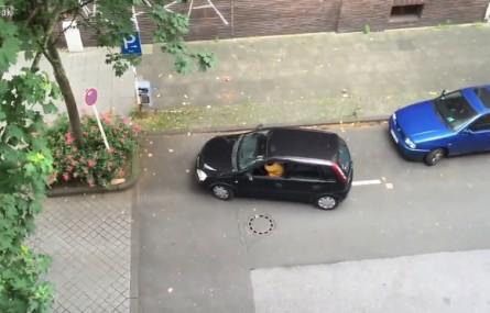 Kobieta + Opel Corsa = najtrudniejsze parkowanie ever!