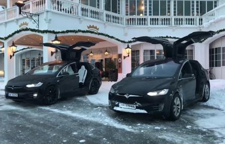 Tesla Model X w trybie bożonarodzeniowym