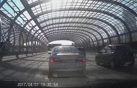 Idiota doprowadził do karambolu czterech aut na trasie S8 w Warszawie