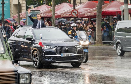 Podczas pierwszego oficjalnego przejazdu nowy prezydent Francji pojechał DS 7 Crossback